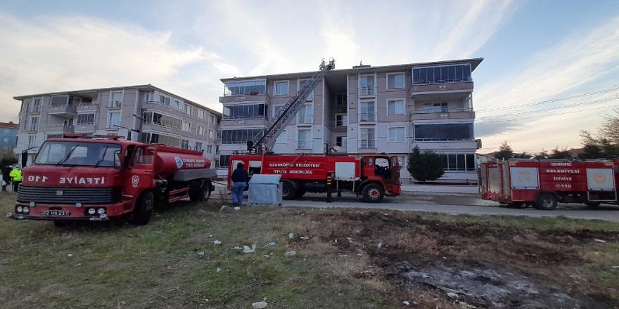 Edirne'de, 4 katlı binanın çatı katında çıkan yangın panik yarattı!