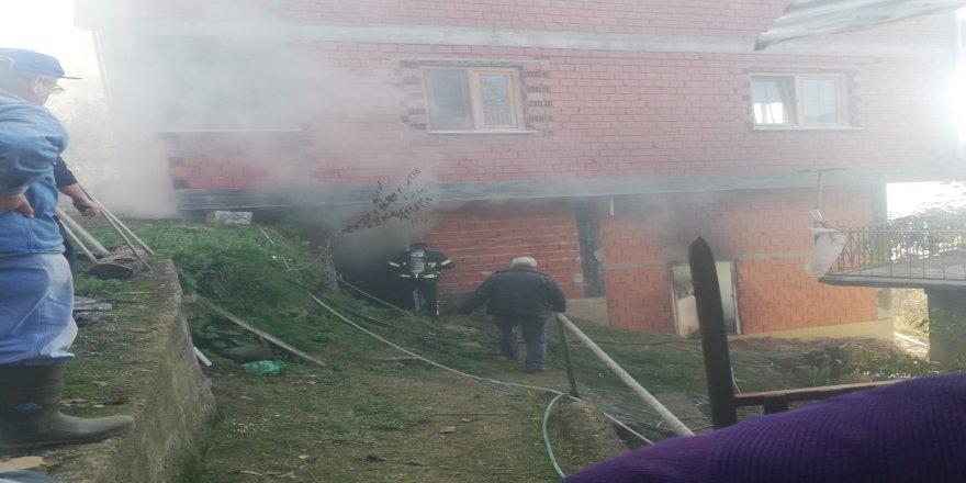 Bir evin kömürlüğünde çıkan yangın korkuttu