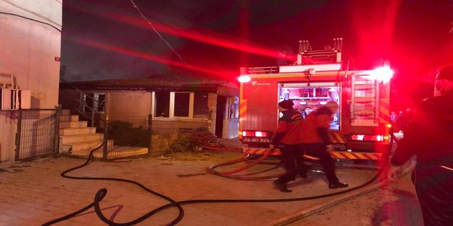 Sakarya'nın Adapazarı ilçesinde Tek katlı evde çıkan yangın söndürüldü
