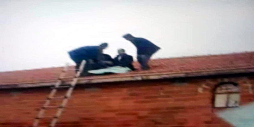 Takla atan araçtan savrulan sürücü yol kenarındaki evin çatısına düştü