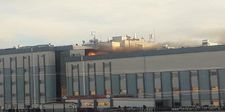 Antalya'da devlet hastanesi çatısında çıkan yangın panik yarattı