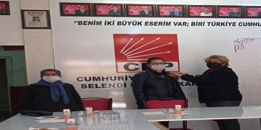 Selendi CHP İlçe Başkanlığında,  Emine Başak'a rozet