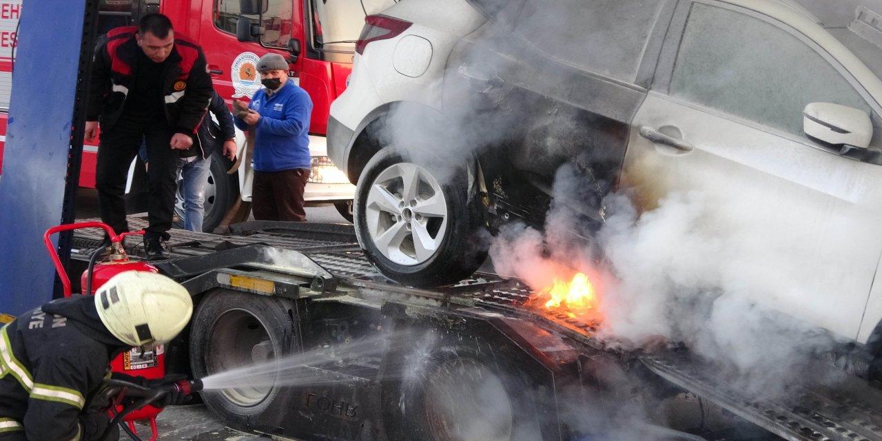 Lüks sıfır araç taşıyan tırı çevredeki vatandaşlar yanmaktan kurtardı