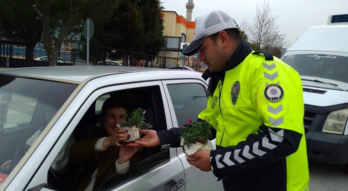Manisa polisinden kadın sürücülere çiçek sürprizi