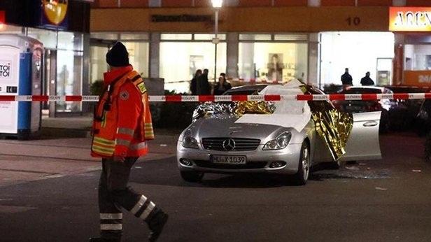 Bildergebnis für Almanya'da bir kafeye yapılan silahlı saldırıda çok sayıda kişinin öldüğü bildirildi.